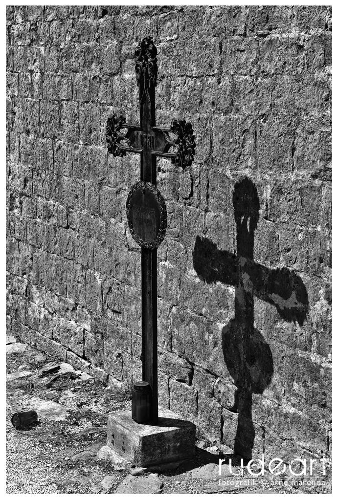 Kreuz auf dem Friedhof in Hum/Kroatien