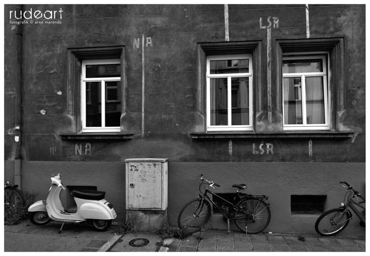 Straßenszene in Gostenhof mit Kennzeichnung für einen Luftschutzraum aus dem 2. Weltkrieg.